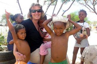 Andrea Rössler umgeben von Namibianischen Kindern