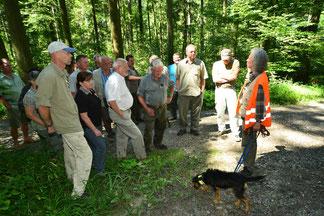 Lernort Wald: Jägerin instruiert eine Gruppe Jäger in Umweltbildung