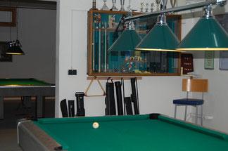 Blick von Tisch 2 auf die Pokalwand