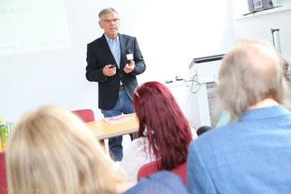 Seniorexpert Reinhard Huber als Trainer vor JungunternehmerInnen