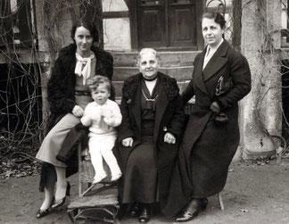 Regina Deborah Schiff umrahmt von zwei Töchtern und einem Enkelkind (vermutlich)