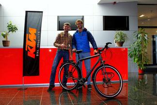 Niko Krauland (rechts) mit KTM Entwicklungschef Thomas Pressl