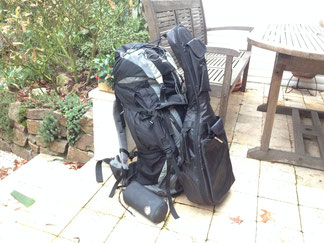 Rucksack Backpacking Trampen Wandern mit Instrument Gitarre