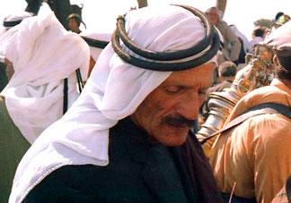 ein alter Palästinenser beim Geldzählen