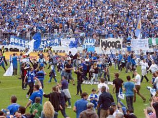 Die Darmstädter Zuschauer stürmten vor Freude nach Spielende den Platz. Foto: Roland Holschneider