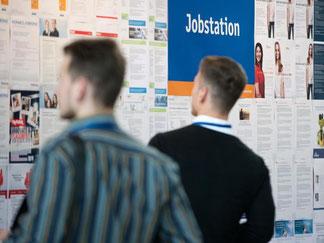 Die Zahl der Angebote auf einer Jobmesse ist überwältigend. Um sich zu orientieren, planen Jobsuchende morgens am besten eine Stunde Zeit ein. Foto: Franziska Gabbert