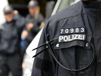 Jeder Polizist soll drei fünfstellige Nummern erhalten. Foto: Arne Dedert/Archiv