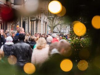 Passanten in einer Einkaufsstraße. Die GfK befragt monatlich 2000 repräsentativ ausgewählte Verbraucher. Foto: Daniel Bockwoldt/Illustration