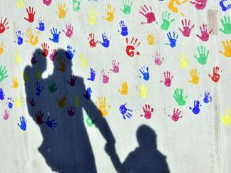 Ein Mann bringt seine Kinder in eine Kindertagesstätte. Foto: Peter Kneffel