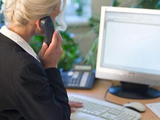 Ein kurzes Privatgespräch während der Arbeitszeit ist in vielen Firmen heutzutage erlaubt. Foto: Patrick Pleul