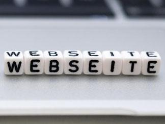 Gar nicht so einfach: Viele Kombinationen sind schon vergeben, zum Beispiel «meine-webseite.de». Wer es mit «.nu» oder «.me» versucht, könnte mehr Glück haben. Foto: Andrea Warnecke