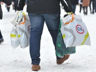 Noch bleiben die Modeunternehmen auf ihrer Winterkleidung sitzen. Sie hoffen auf kalte Temperaturen und das Weihnachtsgeschäft. Foto: Andreas Gebert