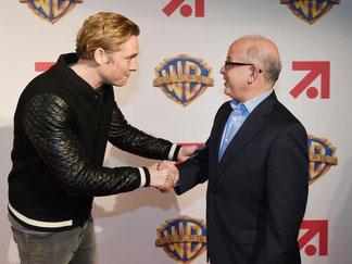 Matthias Schweighöfer (l) und Jeffrey Schlesinger, Präsident Warner Bros. Worldwide Television Distribution. Foto: Jens Kalaene