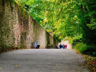 entlang der Stadtmauer zur ehemals römischen Basilika