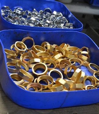 In der Abziehanlage der OFB Oberflächenbearbeitung Kimax GmbH entschichtete Muttern