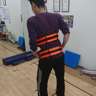 リアライン・コアを使用しての骨盤・胸郭の正しい動きの学習とトレーニング風景。