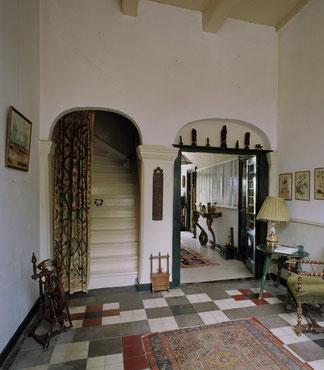 Het dubbele halportaal met links de trap (foto RCE).