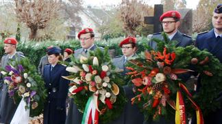 Soldaten, Reservisten und Feuerwehr als Kranzträger.