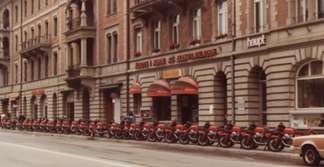 1982, 24 Moto Guzzi stehen zum ausliefern bereit
