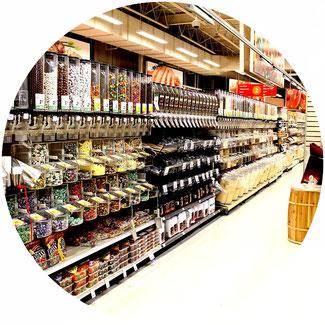 Reinigung von Ladengeschäften, Süßwarenabteilung eines Großmarktes