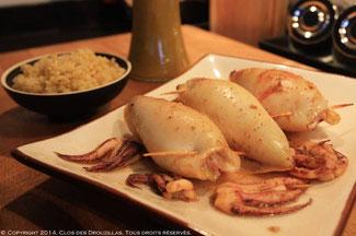 Calamars farcis, mitonnade de poivrons aux sésames grillées