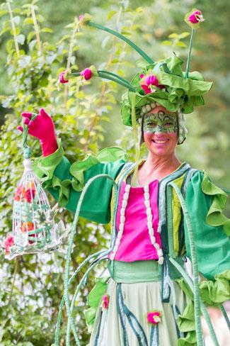Stelzenfigur in grün,,frühling,herbst,wunderblume,stelzenkunst