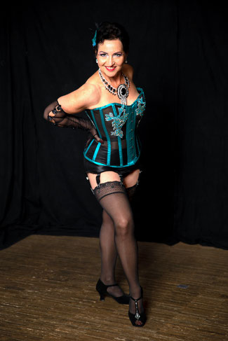 Burlesque Lehrerin, Dixie Dynamite's School Of Burlesque München, Germany, Burlesque Online Class Kurs, Online Tanzkurs Topsy Curvy