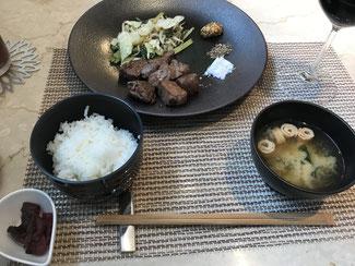 お箸で戴くステーキにご飯とお味噌汁