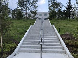 駐車場からは階段を登ってアクセス