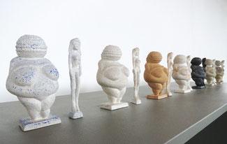 Reihe von Paaren aus je einer Venus-Figur und gleich hoher Barbie aus Acrylharz gegossen