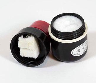 Abus Tsubo / Kamelienöl Applikator - ein wichtiges Hilfsgerät für die Pflege der messerscharfen japanischen Scheren und Messer von www.the-golden-rabbit.de.