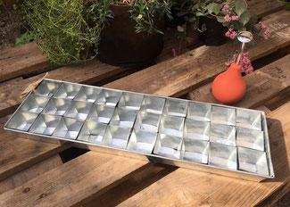 Aussatblech aus verzinktem Stahlblech mit 30 Töpfchen bei www.the-golden-rabbit.de