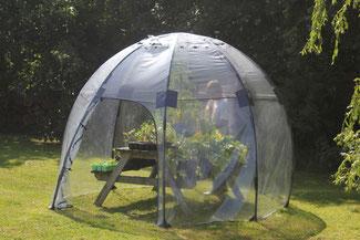Schnell aufgebaut bietet das mobile Gewächshaus des britischen Gartenspezialisten Haxnicks genug Platz für alle empfindlichen Gemüse. www.the-golden-rabbit.de