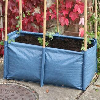 Urban Gardening Pflanzsack für Bohnen in blau versehen mit sechs Abnähern für Bambusstangen