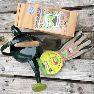 Kinder-Gartenwerkzeug, Handschuhe und eine schöne grüne Kindergießkanne von Burgon & Ball