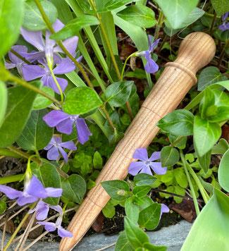 Mit dem Pflanzholz aus geöltem Holz lassen sich Setzlinge perfekt umpflanzen. www.the-golden-rabbit.de