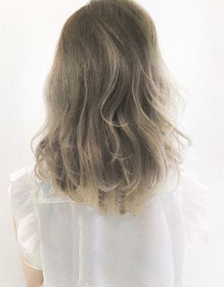 ミディアムヘア  ブルージュカラー グラデーションカラー カロンヘアのヘアスタイル
