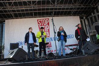 Redner auf der Bühne: Großdemonstration Stop TTIP imf CETA am 10. Oktober 2015 in Berlin. Foto: Helga Karl