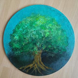 Omhuld door een blauwe lucht staat op de bovenkant van een vega-oceandrum een oerboom geschilderd met een prachtje groene kruin en een machtige stam met ver uitgestrekte wortels