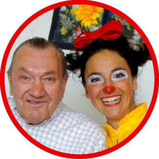 Eine Bewohnerin eines Stuttgarter Pflegeheims freut sich über den Clowns-Besuch von Angelina Haug, Klinikclownin aus Esslingen