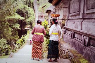 Rituelle Opfergaben am Gunung Kawi Tempel