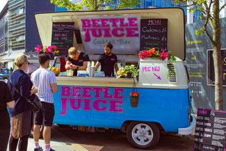 Edinburgh Flea and Food Market, Cocktailbar, VW Beatle, Edinburgh, Schottland, die Traumreiser