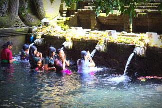 Waschungen im Pura Tirta Empul Tempel