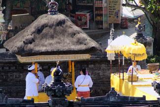 Zeremonie im Tanah Lot Tempel