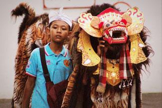 Prozession in den Straßen von Ubud