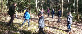 Schüler Spielen im Wald