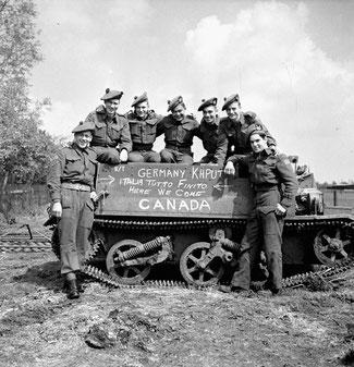 Canadese militairen na de bevrijding in Nederland (Canadian Archives)