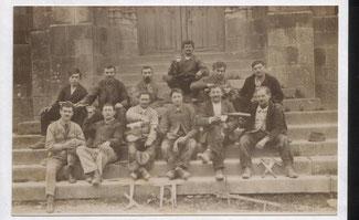Ouvriers devant l'église