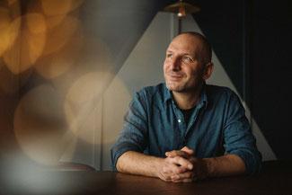 Tino Böcherist verantwortlich für den Ausbau der Weine bei Weinbau Böcher und außerdem Hochzeitsfotograf in Würzburg und Umgebung