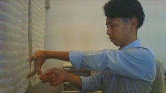 手先が痺れる奈良県上牧町の男性